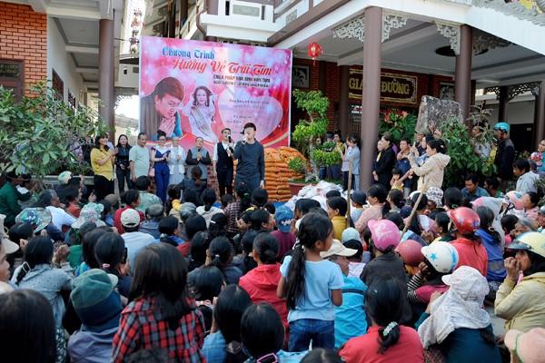 Hoa hậu Lê Thanh Thúy giản dị đi làm từ thiện ảnh 4
