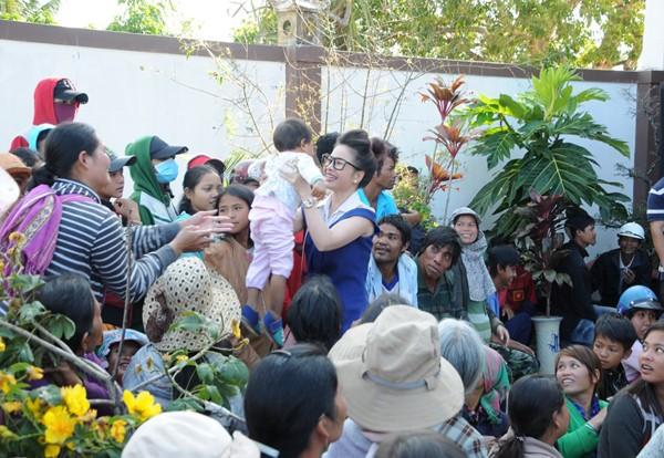 Hoa hậu Lê Thanh Thúy giản dị đi làm từ thiện ảnh 1