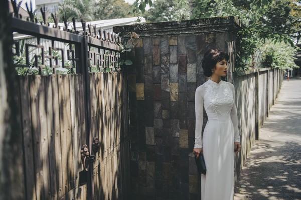 Qua sự thể hiện của người mẫu, diễn viên Bằng Lăng, những khuôn hình mang đậm chất điện ảnh, gợi nhớ những khoảnh khắc Sài Gòn xưa được lưu lại trong những bức ảnh.