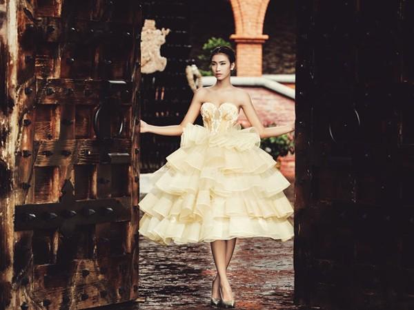 """""""Cô dâu"""" Nguyễn Oanh khoe vẻ đẹp gợi cảm trong bộ váy cưới đính 5.000 hạt pha lê"""