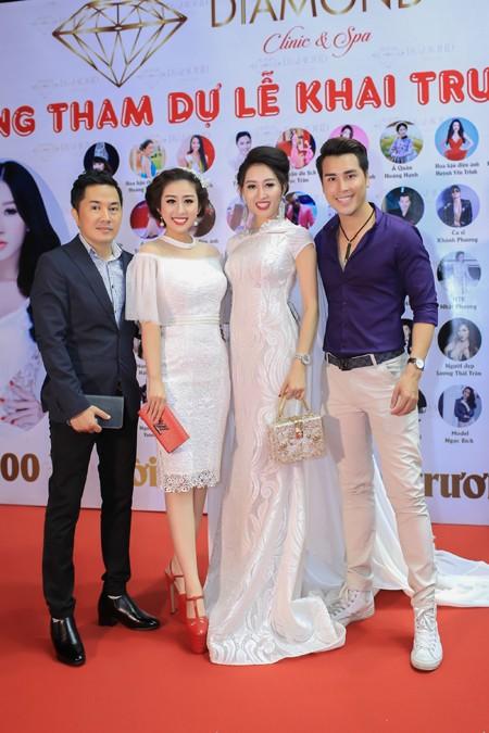 Người anh - Bầu Hòa (ngoài cùng bên trái) cũng có mặt chúc mừng Hoa hậu Huỳnh Thùy Anh.