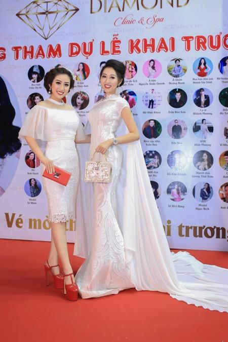 Buổi lễ khai trương không thể thiếu vắng sự có mặt của người bạn thân - MC Kim Trang.