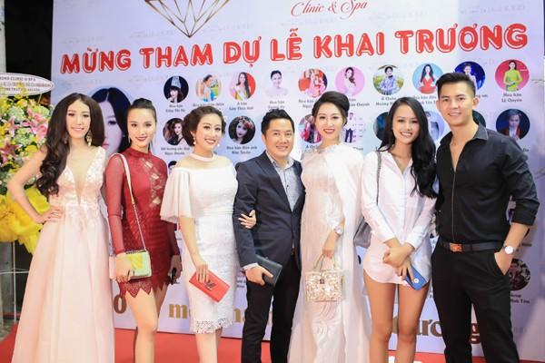 Đông đảo bạn bè trong showbiz Việt tham dự khai trương và chúc mừng ...