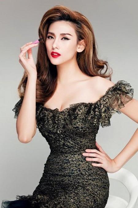 Á hậu Võ Hoàng Yến được mời để giúp thí sinh phần biểu diễn catwalk.