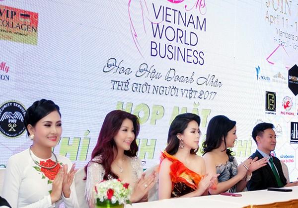 Á hậu Tố Uyên diện váy xẻ gợi cảm làm giám khảo chấm thi người đẹp ảnh 2