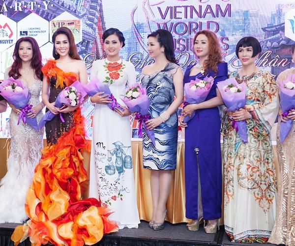 Á hậu Tố Uyên diện váy xẻ gợi cảm làm giám khảo chấm thi người đẹp ảnh 6