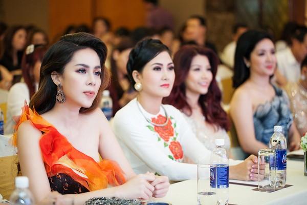 Á hậu Tố Uyên diện váy xẻ gợi cảm làm giám khảo chấm thi người đẹp ảnh 1