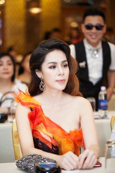 Á hậu Tố Uyên diện váy xẻ gợi cảm làm giám khảo chấm thi người đẹp ảnh 5