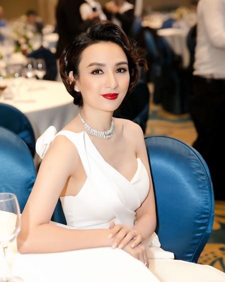 Hoa hậu Ngọc Diễm thay đổi diện mạo lạ lẫm với mái tóc ngắn