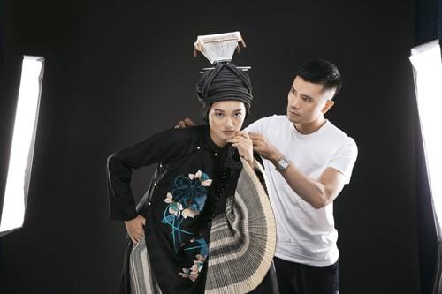 """Nhà thiết kế Vũ Việt Hà luôn chăm chút cho """"đứa con tinh thần"""" của mình."""