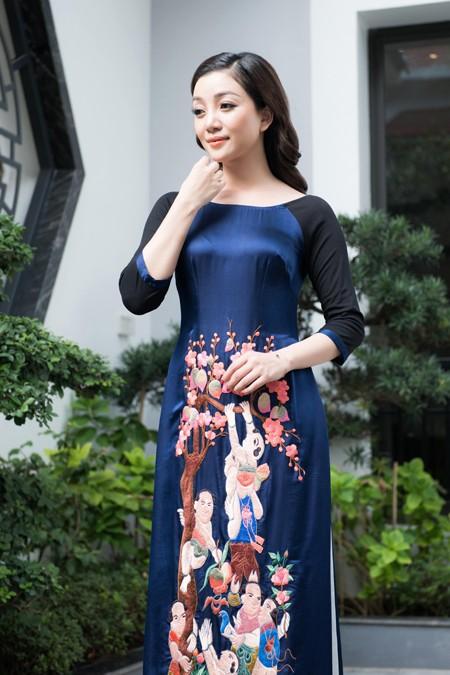 Vũ Việt Hà đưa tranh Hàng Trống lên áo dài