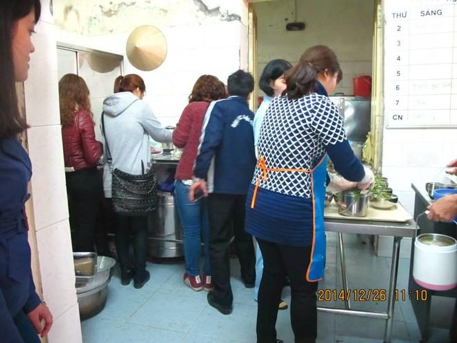 """Các thành viên của dự án """"xắn tay áo"""" làm việc cùng nhà bếp của trung tâm"""