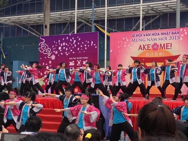 Các bạn trẻ Việt Nam hào hứng thể hiện điệu múa Nhật Bản tại lễ hội - Ảnh: Trung Hiếu