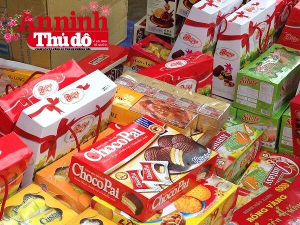 """Bánh """"ChocoPai"""" nằm xen lẫn trong nhiều loại hàng nhái, hàng giả khác với mức giá siêu rẻ - Ảnh: Trung Hiếu"""