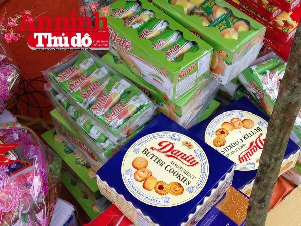 """Hộp bánh """"Danity"""" trông như """"sinh đôi"""" với bánh Danisa của Đan Mạch, nhưng chỉ có giá...22.000 đồng - Ảnh: Trung Hiếu"""
