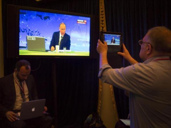 Một nhà báo chụp màn hình buổi đối thoại trực tiếp của Tổng thống Putin với công chúng