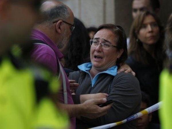 Người dân lo lắng tập trung phía bên ngoài ngôi trường bị tấn công ở Barcelona