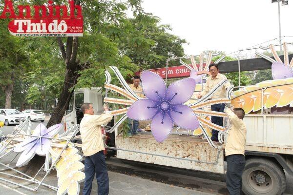 Không khí tất bật nhưng đầy hứng khởi của các nhân viên phụ trách trang trí đèn trên đường phố Thủ đô