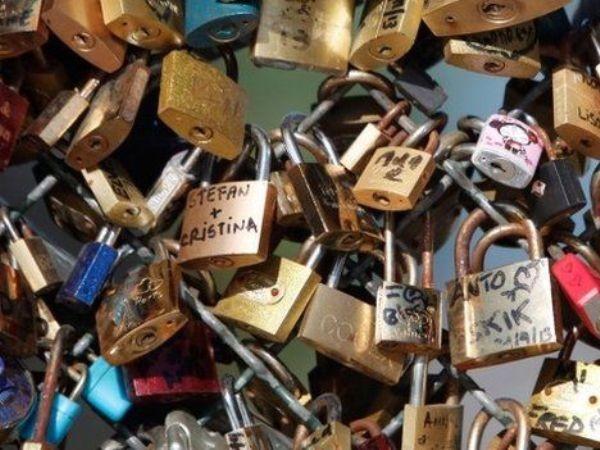 """Không chỉ phá vỡ cảnh quan của những cây cầu cổ, """"khóa tình yêu"""" còn gây hiểm họa sập cầu"""