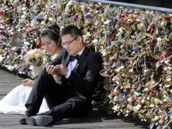 """Sự thể hiện của các cặp đôi khiến cây cầu phải """"oằn mình"""" gánh lượng khóa khổng lồ"""
