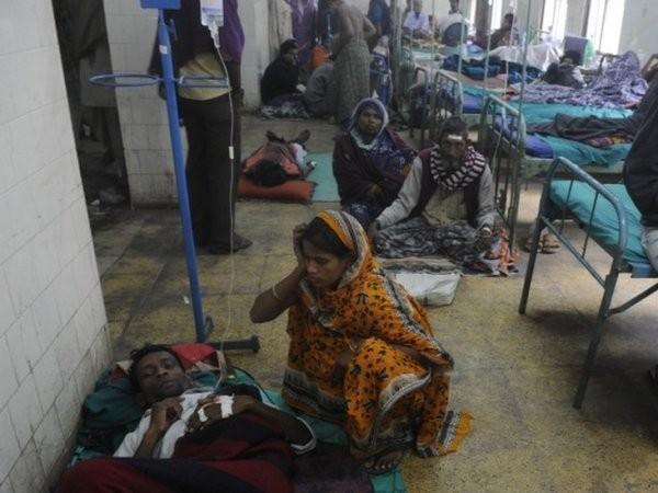 Các bệnh nhân được điều trị sau một vụ ngộ độc rượu ở Ấn Độ