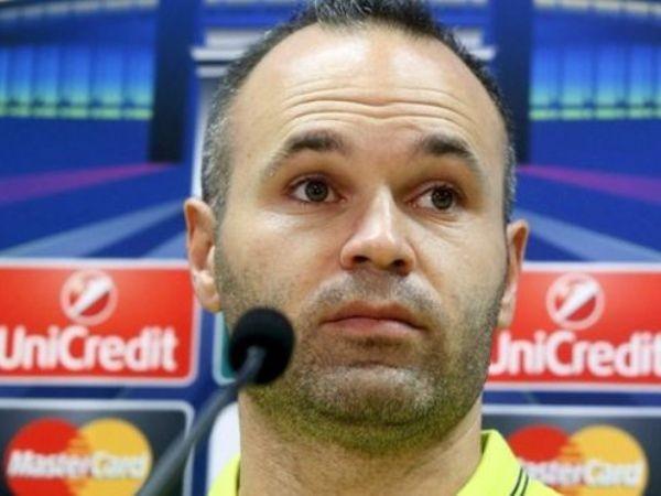 Hẳn cầu thủ Iniesta của Barca cũng cảm thấy bối rối vì vụ việc