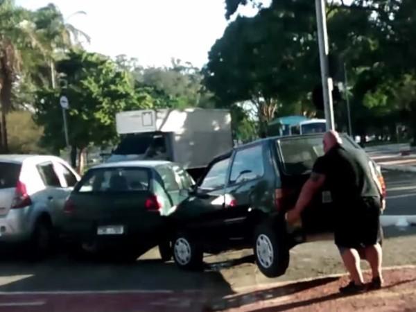 """""""Gã quái"""" nhấc bổng chiếc xe hơi vi phạm để """"dọn đường"""" cho... xe đạp"""