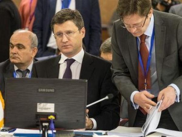 Bộ trưởng Năng lượng Nga Alexander Novak (giữa) không ngần ngại tuyên bố các biện pháp đáp trả Ukraine