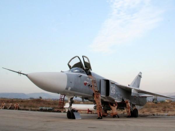 Một chiếc Su-24 của Nga đang được kiểm tra trước khi làm nhiệm vụ