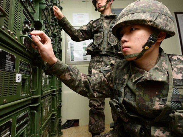 """Lính Hàn Quốc theo dõi sát sao mọi biến động từ """"láng giềng hung hăng"""" Triều Tiên"""