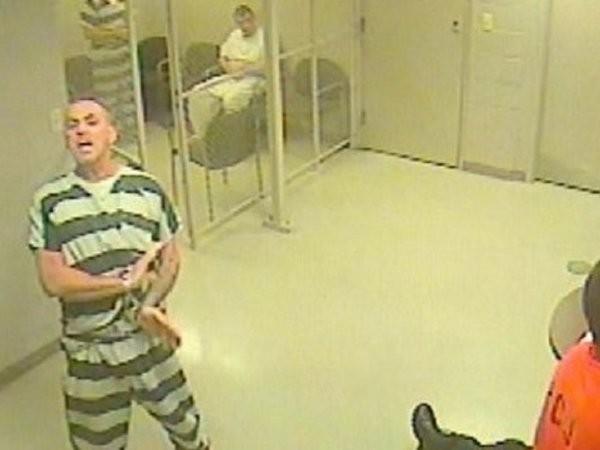 Các tù nhân nỗ lực hò hét để tìm kiếm sự trợ giúp cho viên cai ngục lên cơn đau tim đột ngột