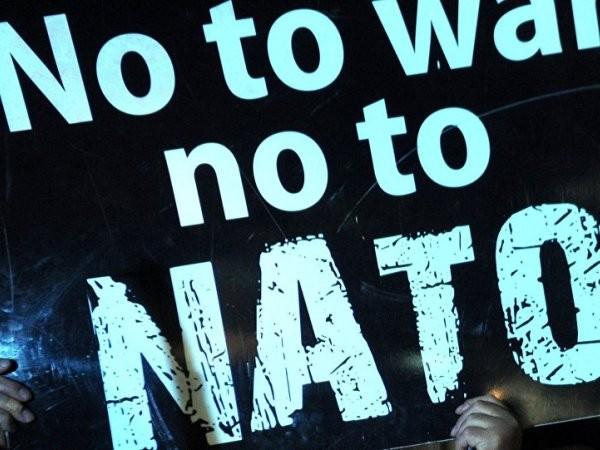 Một biểu ngữ được người biểu tình mang theo để phản đối kế hoạch bành trướng của NATO