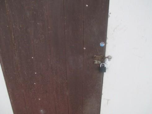 Cửa phòng trọ của nạn nhân K. hiện giờ khóa chặt