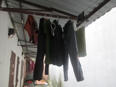 Những bộ quần áo của nạn nhân vẫn đang treo trên móc hiên nhà trọ