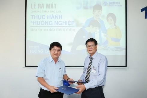 Đại diện Samsung và Đại diện Trường CĐ nghề TP Hồ Chí Minh ký biên bản ghi nhớ