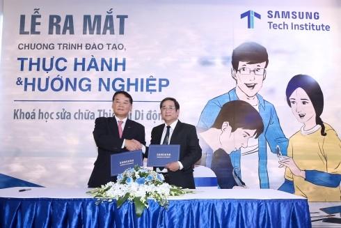 Đại diện Samsung và Đại diện Trường CĐ nghề Công nghiệp Hà Nội ký biên bản ghi nhớ