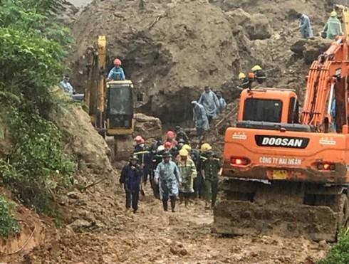 Nhiều cán bộ, chiến sĩ từ các lực lượng vũ trang cùng các phương tiện được huy động để khẩn trương tìm kiếm nạn nhân tại Hòa Bình