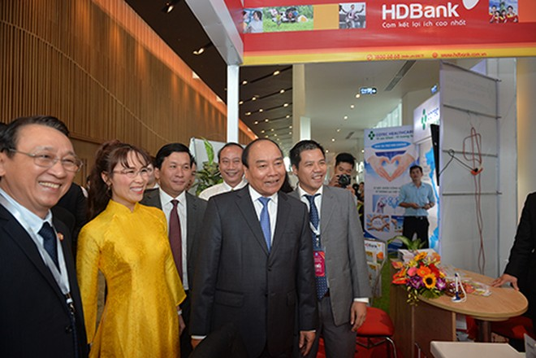 Thủ tướng Chính phủ Nguyễn Xuân Phúc cùng lãnh đạo Tập đoàn Sovico Holdings ghé thăm gian hàng của HDBank
