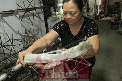 """Bà Nguyễn Thị Tâm chia sẻ về những công đoạn thủ công phức tạp để tạo nên mảnh vải lụa """"made in Vietnam"""""""