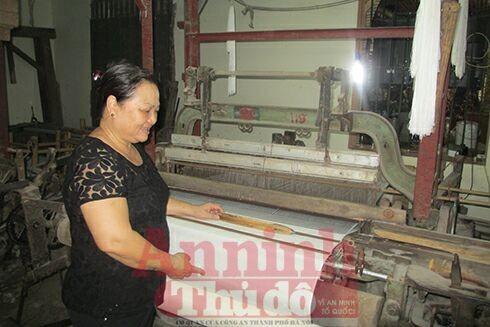 Vì các công đoạn sản xuất lụa ở Vạn Phúc vẫn mang đậm tính thủ công nên sản phẩm có giá thành cao, tuy nhiên, bù lại, chất lượng luôn được đảm bảo