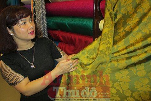 """Chị Triệu Bích Ngọc tự hào giới thiệu về sản phẩm lụa Vạn Phúc """"made in Vietnam"""""""