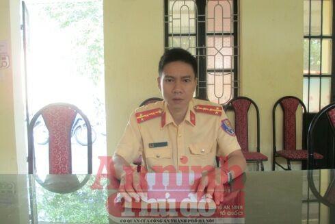 Đại úy Trần Triệu Tuấn, Đội CSGT-TT-CĐ, Công an quận Đống Đa, cung cấp thông tin cho PV Báo ANTĐ