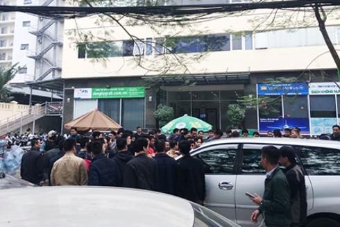 Cái lái xe GrabCar tập trung đình công trước trụ sở công ty Grab Việt Nam (Ảnh: VnExpress)