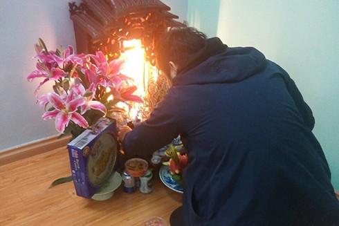 Người chồng thắp hương trong nhà vào ngày 30 Tết
