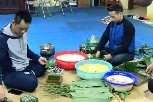 Võ sư Đặng Tam Thuận và các HLV cùng nhau gói bánh chưng, và mang đi chia sẻ với những hoàn cảnh khó khăn