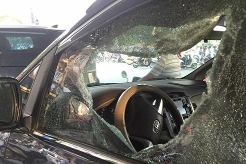 Cửa kính bên ghế lái bị 'xé toác' vì viên gạch của nam thanh niên tâm thần
