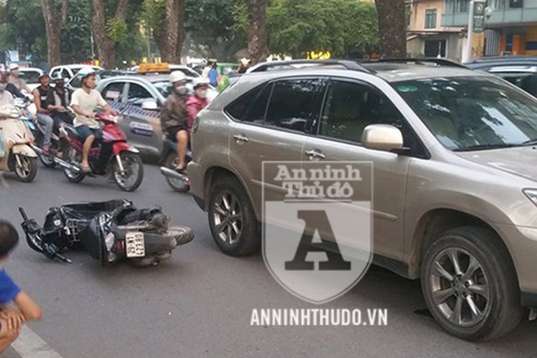 Vụ tai nạn bất ngờ xảy ra trong ngày cuối tuần, khiến nhiều người trên đường hoảng sợ vì nạn nhân lọt vào gầm xe. Ảnh: Nhân chứng cung cấp