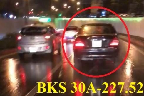 Chiếc xe ô tô bóp còi inh ỏi, lấn làn xe máy trong hầm Kim Liên. Ảnh cắt từ video