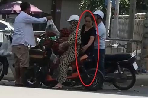 Hành vi móc túi của đối tượng Thanh bị vạch trần trong video clip. Ảnh cắt từ clip