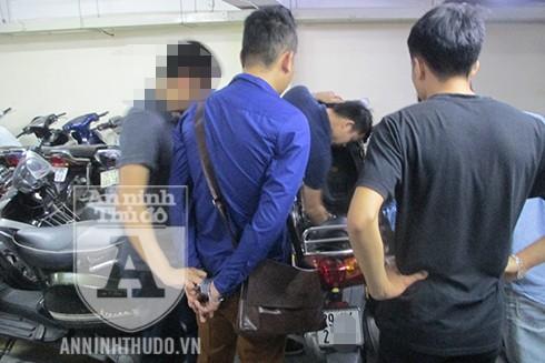 Đối tượng lừa đảo Trần Xuân Công (áo xanh, đeo túi) đang chứng kiến quá trình các trinh sát khám xét xe của y